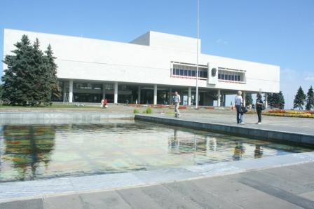 ...комплекс Комплекс включает Музей-мемориал Ленина, Общественно-политический центр, Большой концертный зал, парк.